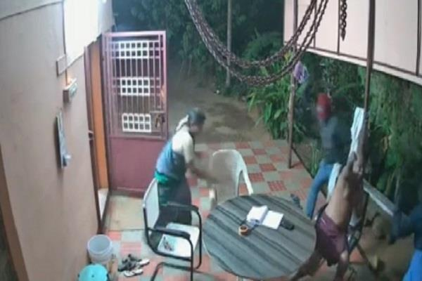 elderly couple fight off armed robbers