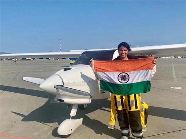 भारत की बेटी ने रचा इतिहास, दो महासागर पार करने वाली बनीं पहली महिला पायलट