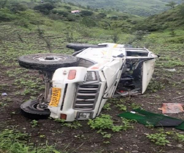 accident bolero falls into deep ditch