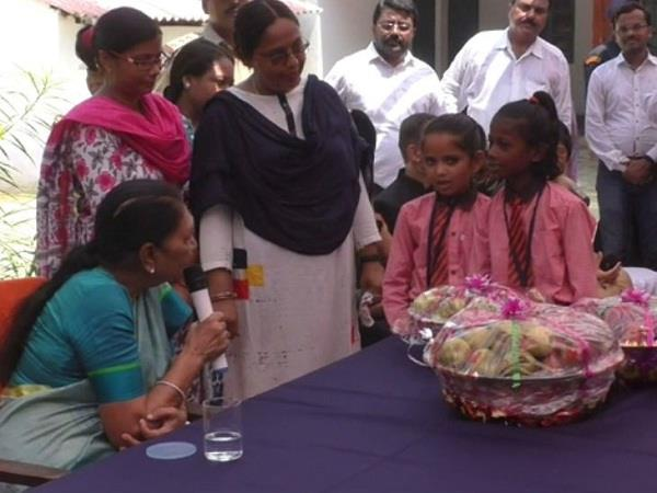 governor spent time with children in barabanki