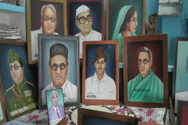 painter paying tribute to martyrs in unique style on 15th august