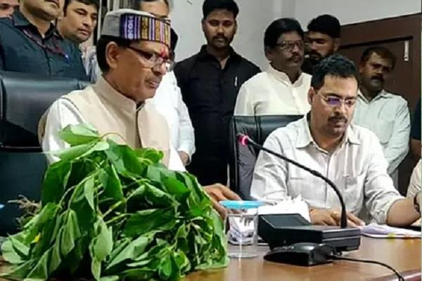 shivraj reached collector office late for farmers