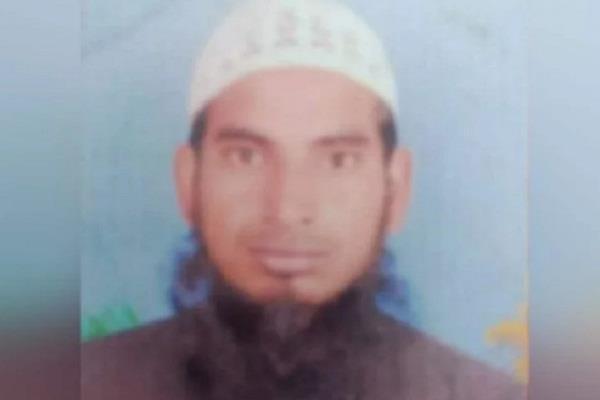 madrasa teacher ear phone mohammad uwais