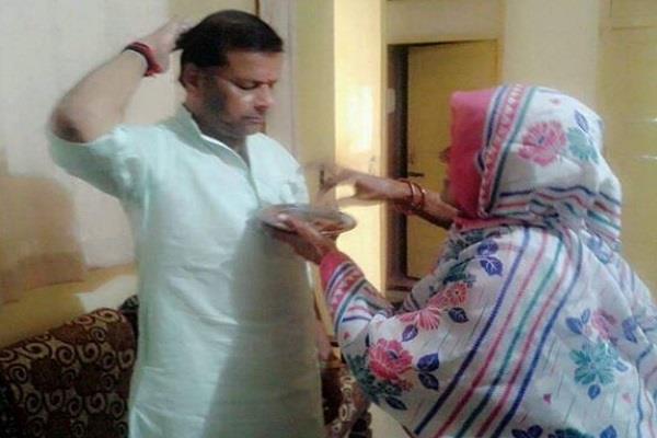 muslim sister s rakhi is decorated on the wrist of this bjp leader