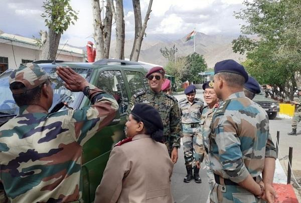 dhoni hoisted the tricolor in ladakh