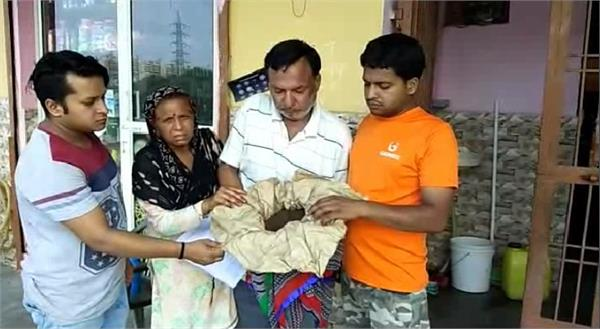 9 lakh rupees from shopkeeper by putting mud in place of gold dust