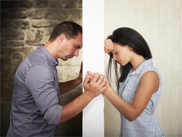 महिलाएं भूलकर भी पति से शेयर नही करती हैं ये 7 बातें