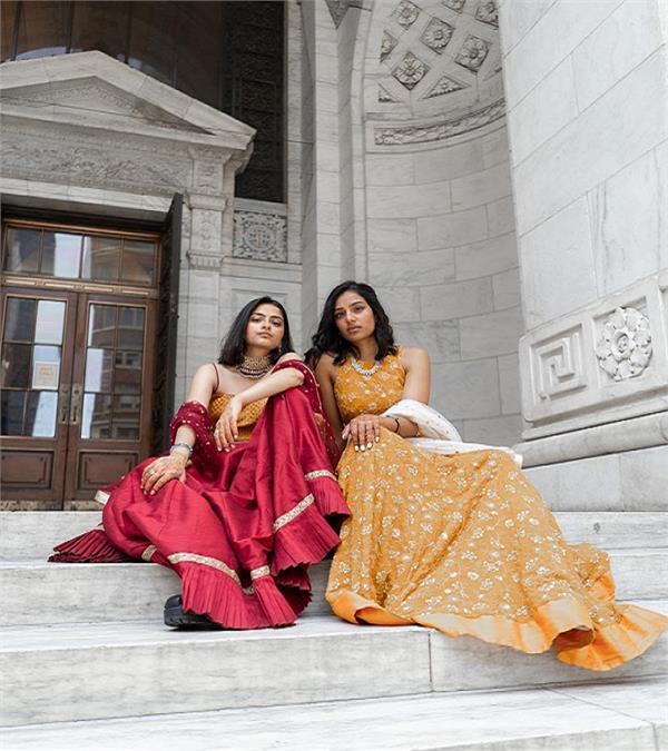 प्यार में पागल हुईं ये दो लड़कियां, एक हिंदुस्तानी तो दूसरी पाकिस्तानी (See pics)