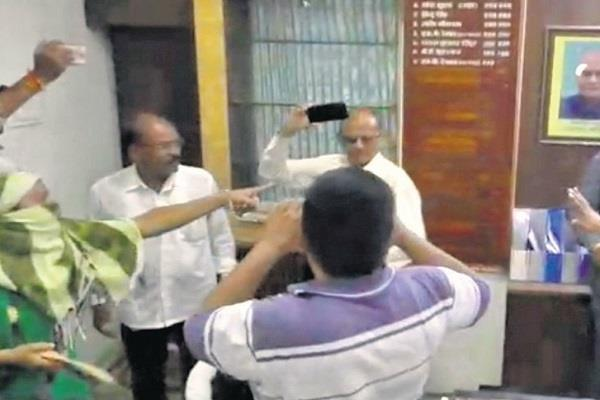 woman slaps officer front municipal commissioner fierce commotion