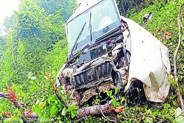 vehicle fell into deep pit due to tire burst 2 killed 4 injured