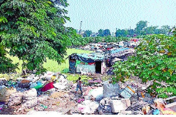 slum dwellers engaged in polluting yamuna