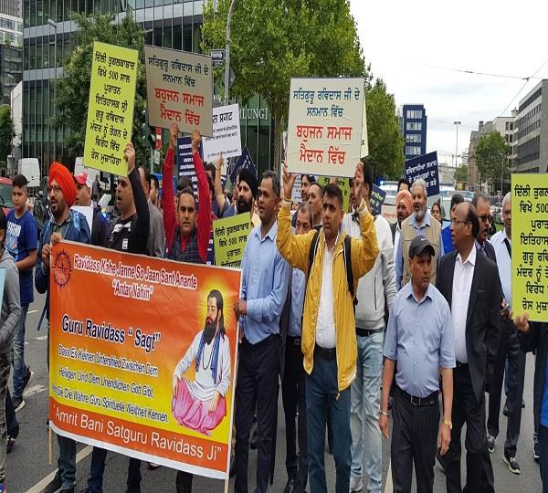demonstration in german to break the sri guru ravidas temple in delhi