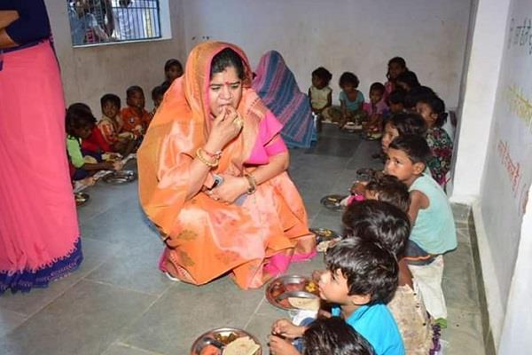imrati devi inspected anganwadi tasted food served children plate