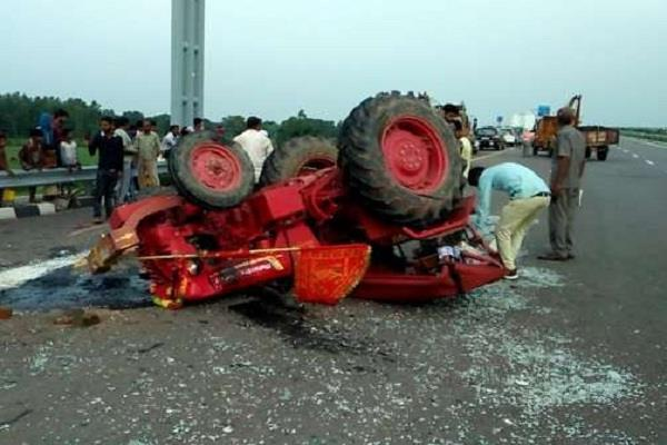 2 people dead 18 people injured after a truck hit a tractor trolley
