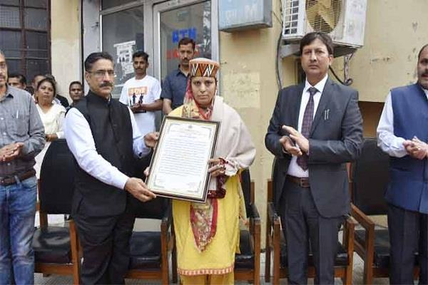 kargil martyr praveen wife honored on independence day at hpu