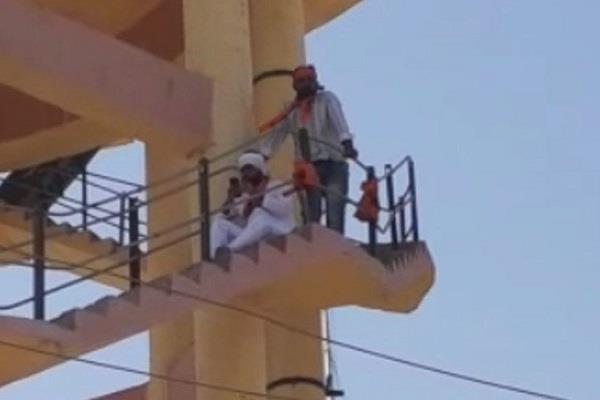 abvp workers climbed the tank in rajasthan