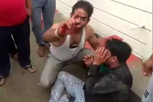 crowd beating a chain snatcher in ujjain