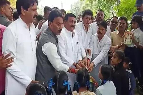 rajiv gandhi birth anniversary congress printed copies bjp leader ruckus