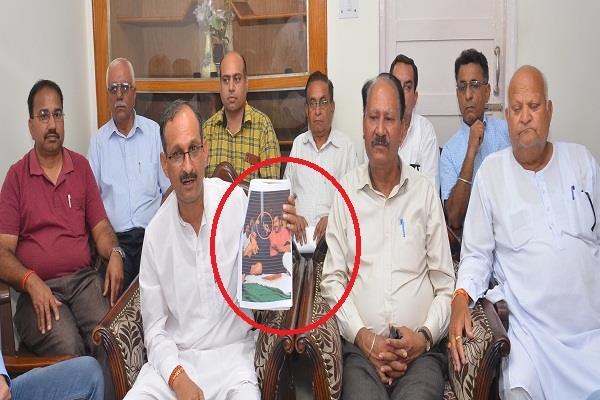 bjp president released photos of drug accused in una with congress leader