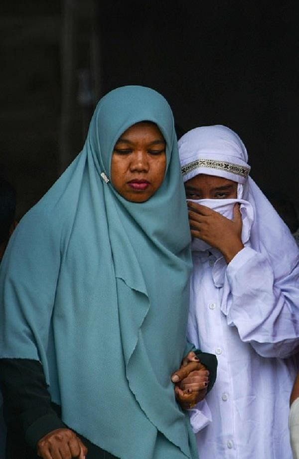 indonesia s aceh whips 11 for sharia banned romance