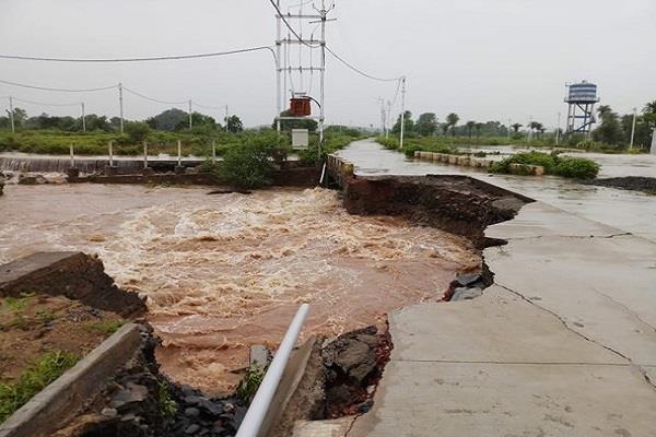 heavy rains mandsaur 3500 people relief camp professor family selfie water