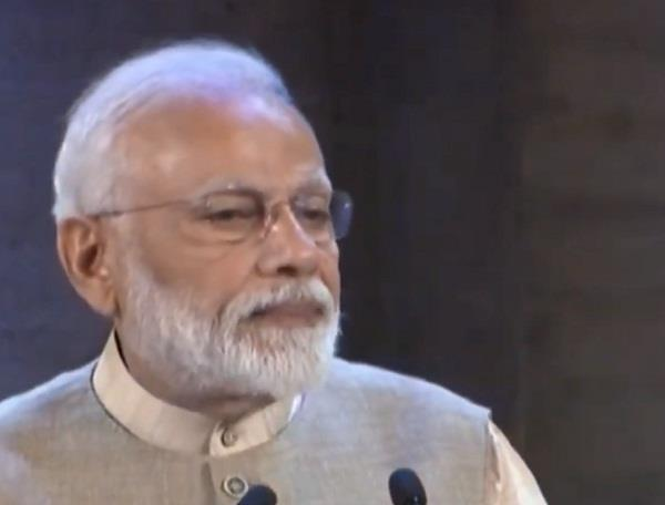 pm modi addressed to indian community in paris