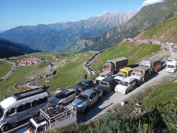 hundreds of vehicles stranded due to landslide on manali leh road