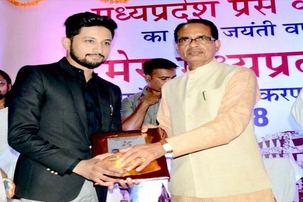 bhushan s zeeshan khan got india leadership award