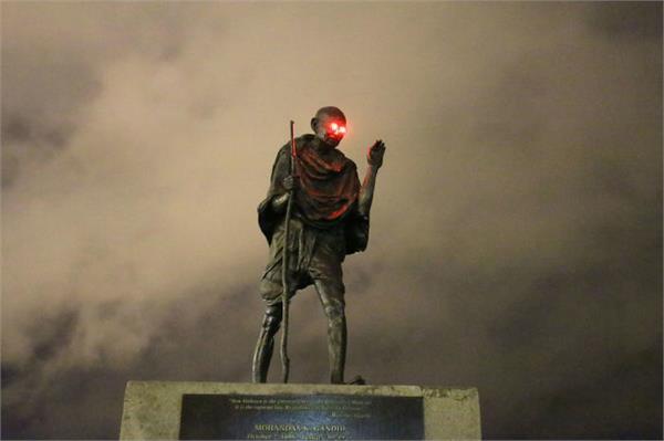 prankster puts glowing red eyes on mahatma gandhi statue in us