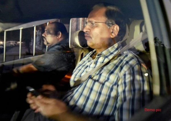 angry people locked kejriwal minister in the car