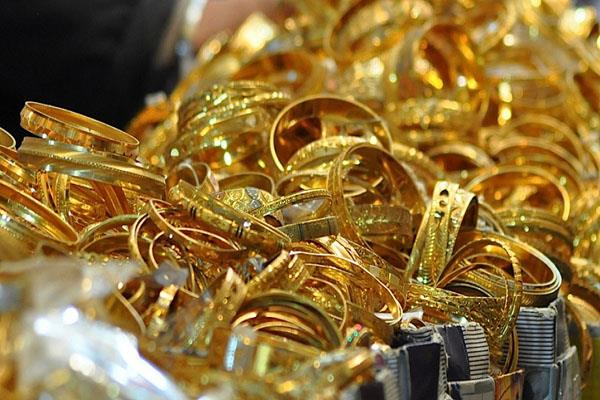 gold bounces 200 rupees to record level of 38670 silver rises by 1725 rupees