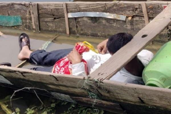 2 killed due to electrocution angry people perform bodies in boat