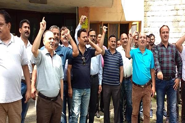 bsnl personnel protest against negative attitude