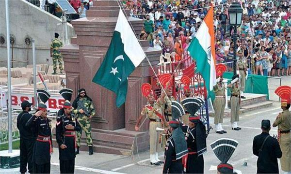 pakistani soldier turban fell on the ground on wagah border