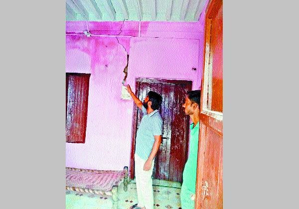 crack line in house due to leakage