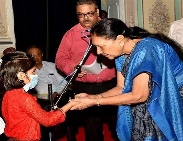 Women Power: महिला राज्यपाल ने लिया TB ग्रस्त बच्ची को गोद तो कर्मचारियों ने भी उठाया जरूरी कदम