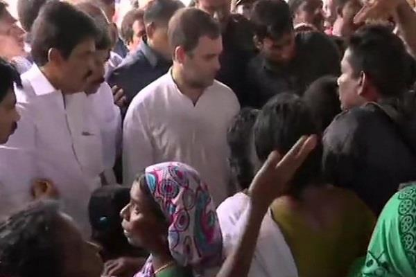 rahul gandhi meets flood victims after reaching relief camp