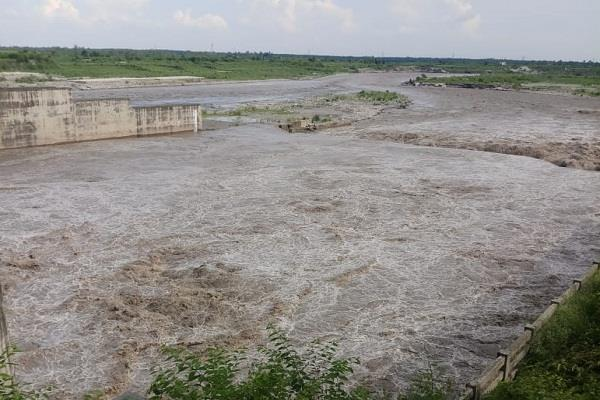 water discharged from hathnikund barrage will reach in 72 hours in delhi