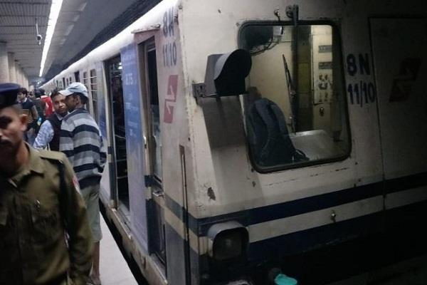 youth commits suicide by jumping in front of kolkata metro