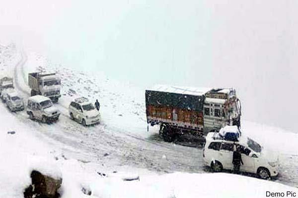 half foot of fresh snowfall on chamba pangi road