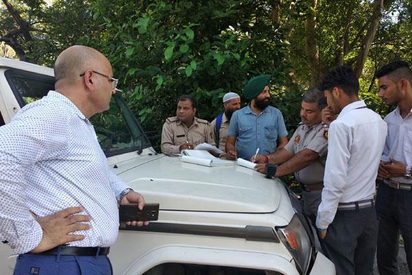 police challaned traffic rule breakers in kathua