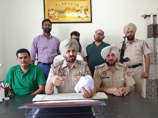 smuggler arrested with 1 crore heroin