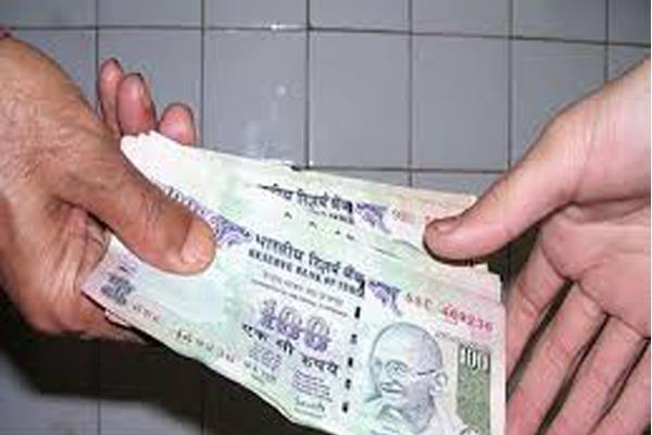 policeman take bribe of 25 thousand rupees