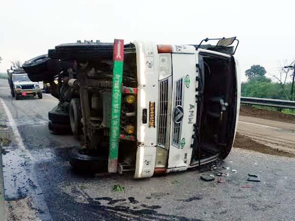 truck overturn on road
