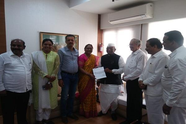 maharashtra congress mla nirmala gavit resigns will join shiv sena