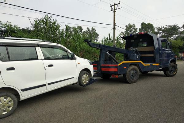 traffic police starts its action against illegal parking in kathua