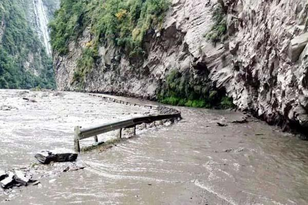 water and landslide on chandigarh manali nh