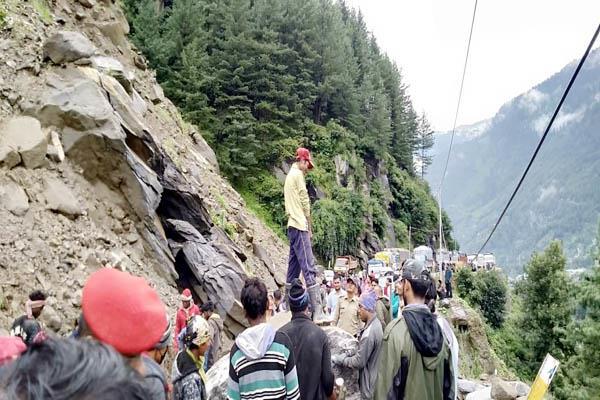 landslide on manali rohtang road