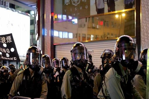 hong kong police fired tear gas shells to chase protesters