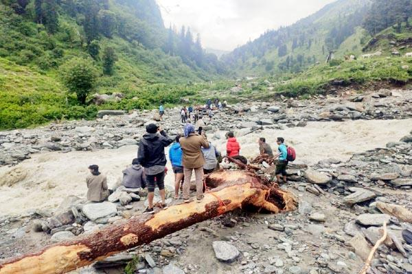 tourists stranded on manali leh road one dead due to lack of oxygen
